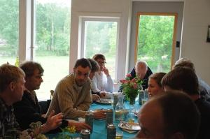 Erik, Emma, Bertil och Thomas diskuterar över middagen.