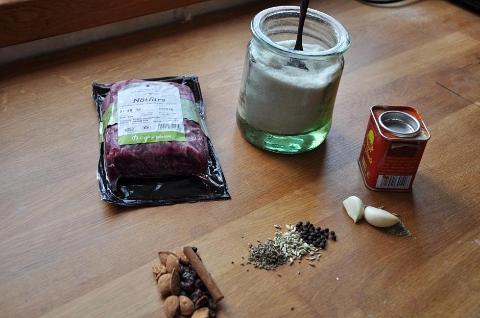 Nötfärs och ingredienser till fyra små biffar